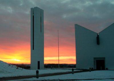 enghøj kirke i orange solnedgang