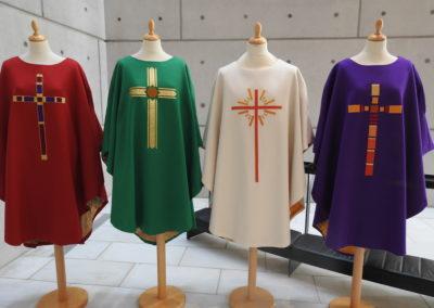 rød, grøn, hvid og lilla messehagel fra Enghøj Kirke